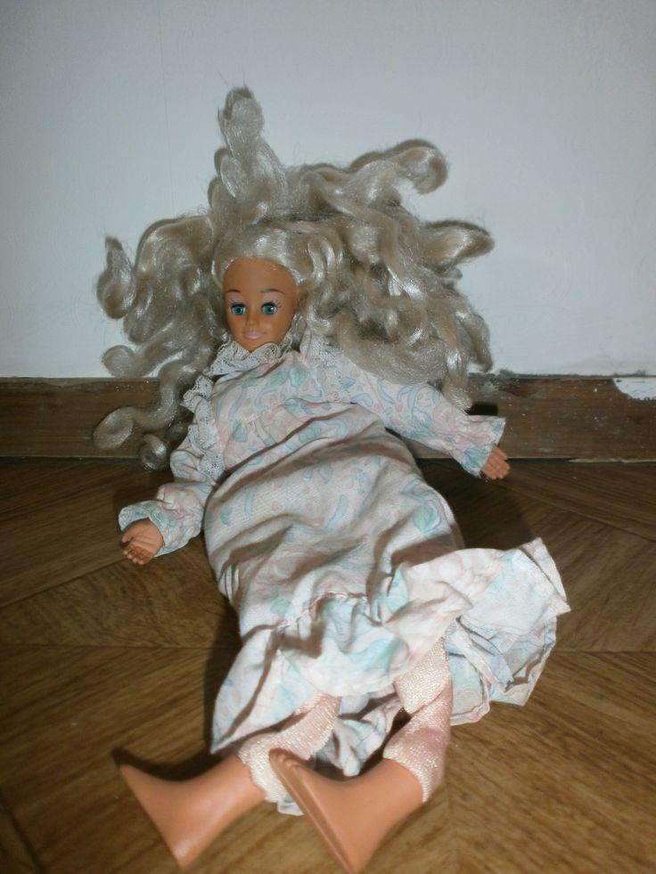 Dit is slaap-Barbie. Geen idee of het een echte Barbie is, maar haar hele lijf is zacht behalve de handen, voeten en het hoofd. Super lelijk, maar zo grappig om mee rond te rennen. Dan bungelt ze mee, super leuk was dat.