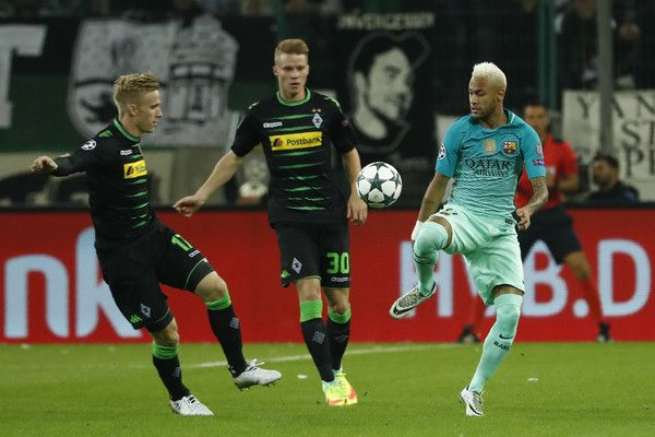 Barcelona's Brazilian forward Neymar (R) vies for the ball with Moenchengladbach's Swiss defender Nico Elvedi (C) and Moenchengladbach's Swedish defender Oscar Wendt during the UEFA Champions League first-leg group C football match between Borussia Moenchengladbach and FC Barcelona at the Borussia Park in Moenchengladbach, western Germany on September 28, 2016. / AFP / Odd ANDERSEN
