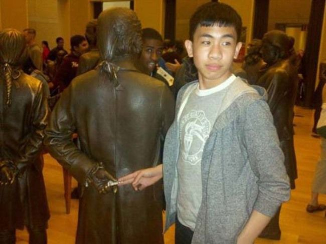 Distractify | 35 People Who Ruined Statues In The Best Way Possible
