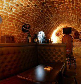 Irish Pub, zlokalizowany w samym sercu Krakowa, przy ul. św. Jana 18, to jeden z najstarszych w Krakowie pubów, ale jest też pierwszym i największym pubem irlandzkim, jaki powstał w naszym mieście.