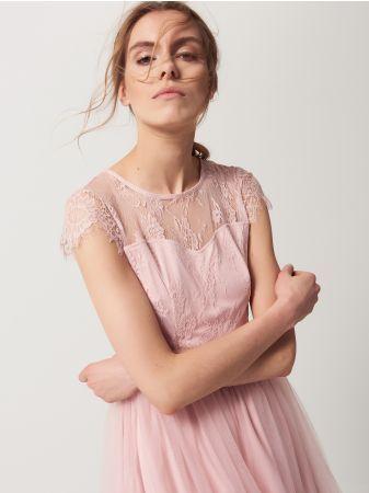 Mohito - Romantyczna sukienka z tiulem i koronką Kwintesencja kobiecej delikatności zamknięta w tej wyjątkowej sukienkce. Dopasowana góra z krótkim rękawem wykonana z lekkiej koronki oraz warstwy podszewki. Atrakcyjnie wycięta linia dekoltu i biustu. Pionowe zaszewki sprawiają, że jeszcze lepiej dopasowuje się do sylwetki. Zaznaczona talia. Dół rozkloszowany, wykonany z dwóch warstw elastycznego tiulu oraz podszewki. Zapięcie na kryty suwak na plecach.<br /><br />Wzrost modelki 180 cm<br…