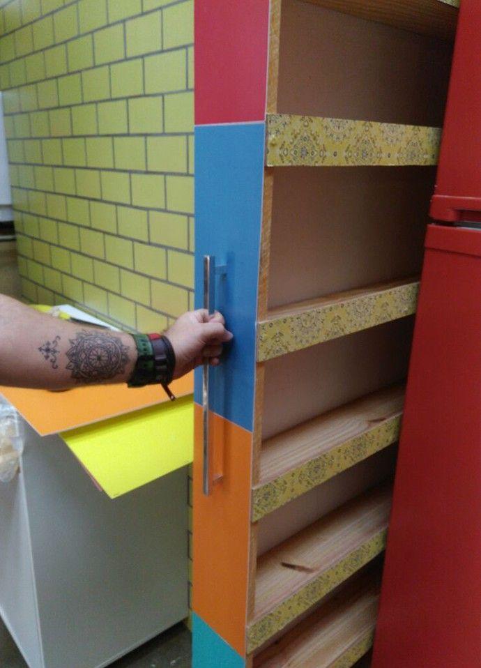 Pronto! Experimente o gabinete no espacinho ao lado da geladeira e comece a arrumação (Foto: Roberta Simoni / TV Globo)