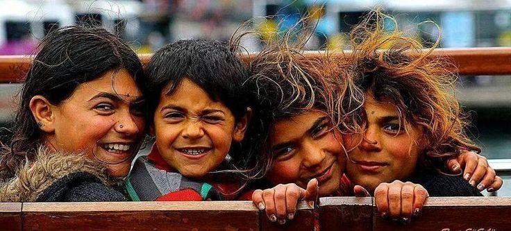 Derin gözlerin var Ve Sıcak ellerin Umuda ekşi ekşi baksa da gözlerin Mutluluk en çok sana yakın çocuk... pic.twitter.com/SdNHM3tbfO