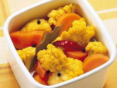 杵島 直美さんの「カリフラワーとにんじんのピクルス」のレシピページです。ほんのり香るカレー味が食欲をそそりますよ。さっぱりした酸味が献立を引き締めます。 材料: カリフラワー、にんじん、A、ローリエ、赤とうがらし、黒こしょう