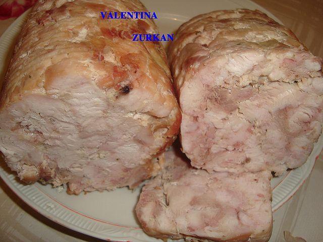 САТИЛЬСОН. 4 куриные ножки без шкурки и костей, 300г.кур.грудки, 4 полоски бекона,0,5 ч.л.соли, 0,5ч.л.перца, чеснок по вкусу, 1с.л.сухого супа или бульона, 10г.желатина сухого. Всё порезать, перемешать руками, положить в пакеты из под молока или лучше банки( не стекл). Поставить в большую кастрюлю с водой. Я накрыла банки маленькой крышкой, варить 1,5 часа на небольшом огне. Остудить, в холодильник на 3 часа.