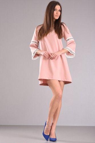 Φόρεμα πάνω από το γόνατο σε άλφα γραμμή με τρουακάρ μανίκι λίγο καμπανα και διακοσμητική δαντέλα με φερμουαρ στην πλάτη σε ροζ χρώμα από κρεπ ύφασμα με λίγη ελαστικότητα. 41,90€    Μεγέθη : Small / Medium / Large  Χρώμα : Ροζ, Μαύρο  Σύνθεση : 97%PES 3%EL