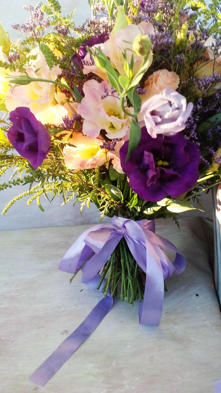 Romantic bridal bouquet with cream and mauve lisianthus #florariamiozotis