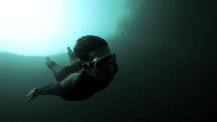 VIDÉO : Une impressionnante plongée en apnée dans les abysses des Bahamas, au…