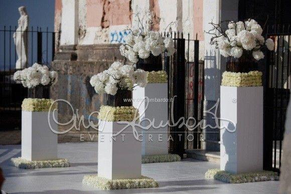 Wedding in Sorrento and Amalfi Coast. Romantici addobbi floreali attendono la sposa all'ingresso della chiesa.   Cira Lombardo Wedding Planner