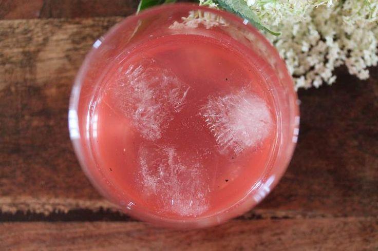 Sommerens allermest vidunderlige drik er lige blevet hældt på flaske; hyldeblomstsaft med rabarber. To af sommerens skønneste ingredienser i smuk kombination - det kan ikke fås bedre :-) Smuk lyserød sommerdrik, mmhhh Jeg elsker hyldeblomstsaft og jeg elsker rabarber og…