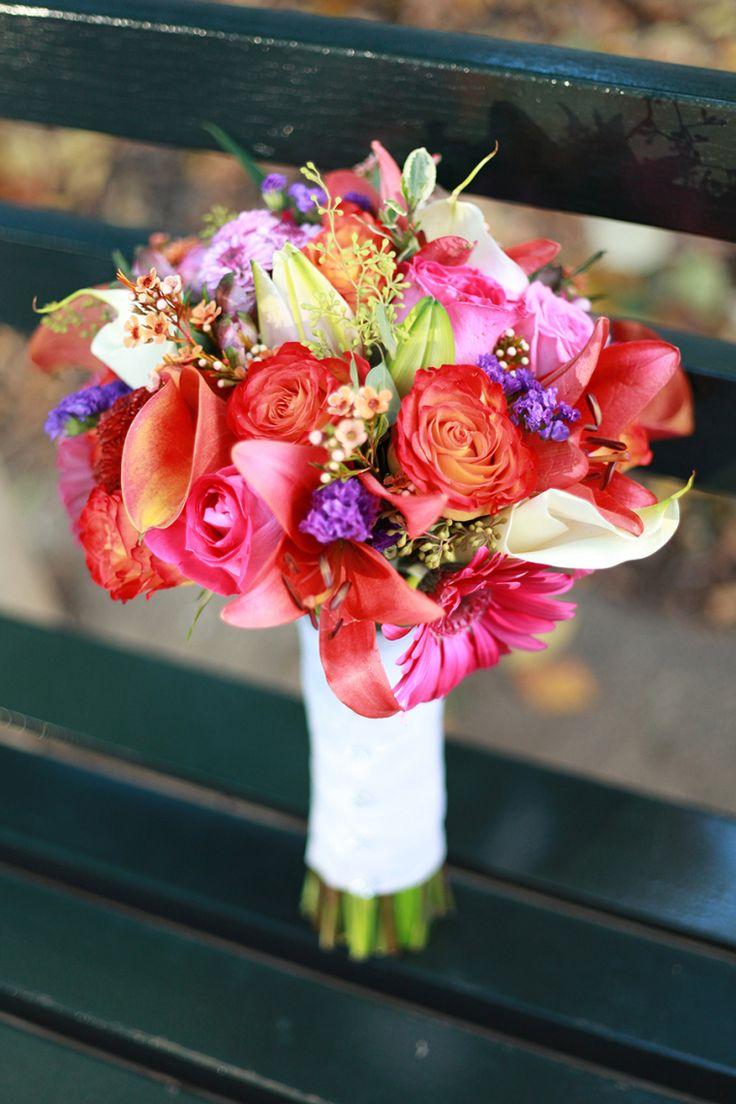 Que tal um bouquet cheio de cores? Lindo! #casamento #bouquet l Photography Corina Silva
