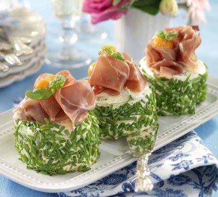 Servera bakelserna som del av en buffé, som förrätt eller som en liten vickningsrätt. Frestande goda skinkbakelser  4 st  12 skivor formfranska  smör  Fyllning 1  ½ röd paprika  ½...