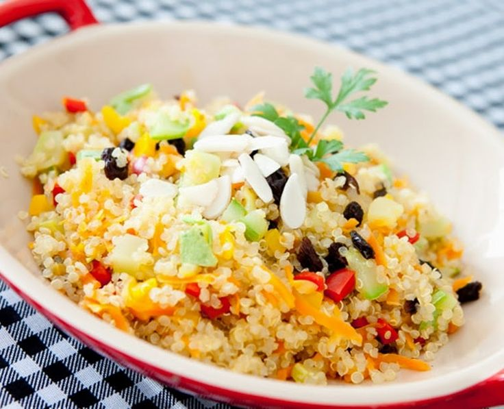 Ingredientes 1 copo de quinoa em grãos 2 copos de água 2 cenouras médias raladas 1 pimentão vermelho, amarelo ou verde (ou misto) cortado em cubos 1 abobrinha grande, cortada em cubos 1/2 xícara de uv