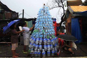 C'est avec les moyens du bord que ces victimes du typhon aux Philippines ont conçu LEUR arbre de Noël. Dans la ville de Tacloban, les bouteilles en plastique ont remplacé le traditionnel sapin. © Reuters