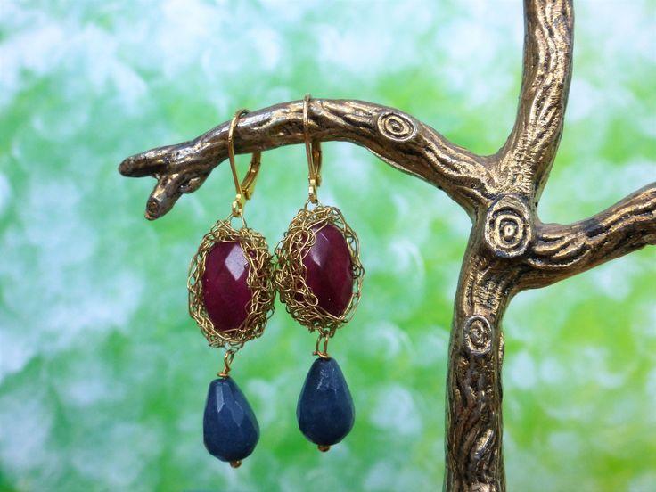 Feestelijke oorbellen met agaat en jade en gehaakt verguld draad