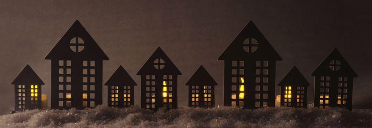Gezellige kaarshouders om je huis in winterse sferen te brengen! http://www.lobbes.nl/in-en-om-het-huis/woondecoratie/kaarsenhouders-en-kaarsen/sfeerlichten/detail/3180281B-metalen-sfeerlicht-huizen-wit