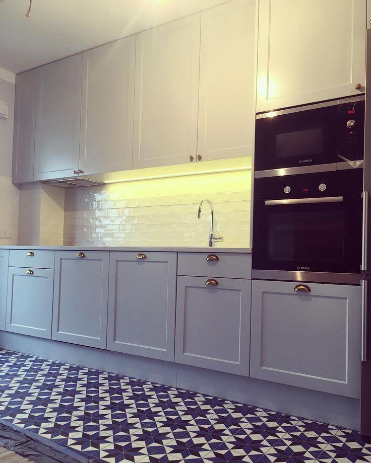Mamy nadzieję że przygotowania do Świąt Wielkanocnych idą pełną parą. Dziś chcielibyśmy pokazać Wam zdjęcie zapowiadanej przez nas wcześniej kuchni w skandynawskim stylu która pięknie prezentuje się ze złotymi uchwytami. Bardzo podoba nam się jej kolorystyka a jak Wam? Pozdrawiamy. #kuchnia #kitchen #kök #cuisine #küche #kitchendesign #kitchenlove #kitchendecor #instakitchen #inspiration #meble #furniture #home #homesweethome #skandynawski #scandinavian #style #instasize #photooftheday…