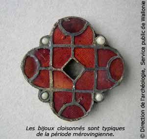 Des bijoux mérovingiens.- CLOTAIRE 1° 2)BIOGRAPHIE 2.6 RENFORCEMENT DES ALLIANCES 2.6.3: MISE SOUS TUTELLE DE L'AUVERGNE, 5: La vice royauté de Chramn est composée des cités de Poitiers, Tours, Limoges et Clermont qu'il occupe l'une après l'autre. Mal conseillé et entrainé par le désir d'indépendance aquitain, il se laisse porter par le désir d'établir un royaume indépendant de celui de Clotaire. Pour y parvenir il s'allie à Childebert qui l'encourage dans son dessein.