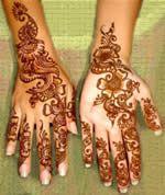 Bisogna far attenzione alla scelta dell'henné: nell'INCI non devono assolutamente esserci i picramati che rendono la tinta chimica e non naturale. Importante: l'henné naturale al 100% può essere usato da chiunque,dalle donne in gravidanza e da chi ha usato in precedenza delle tinte chimiche. Se l'henné non è puro ma conitene picramati ci possono essere delle reazioni con le tinte fatte precedentemente ottenendo delle colorazioni non volute.