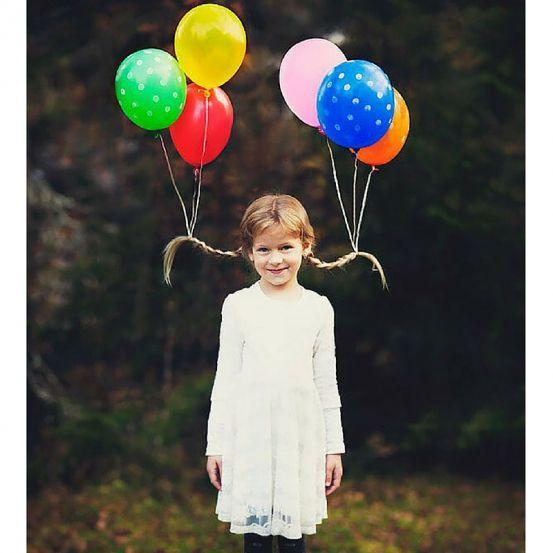 Marre de la queue de cheval? Allez zou, on chipe des idées loufoques aux kids. Un bout de carton, des ballons, de la ficelle et BIM, on devient la reine rigolote du bal.