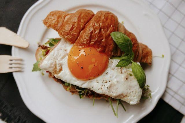http://wholesomegirls.blogspot.com/2015/11/savoury-croissant-for-breakfast.html  #croissant #savoury #egg #breakfast