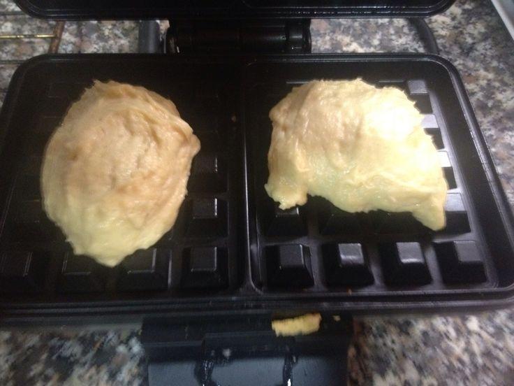 Hoy traigo una deliciosa receta de Gofres. El truco para que queden tan buenos como los que comes en los locales especializados, es el azúcar perlado, del que ya os hablé aquí. Tómate tu tiempo para hacer la receta, no tengas prisa y dale tiempo a la masa para que leve, valdrá la pena. Ingredientes: …
