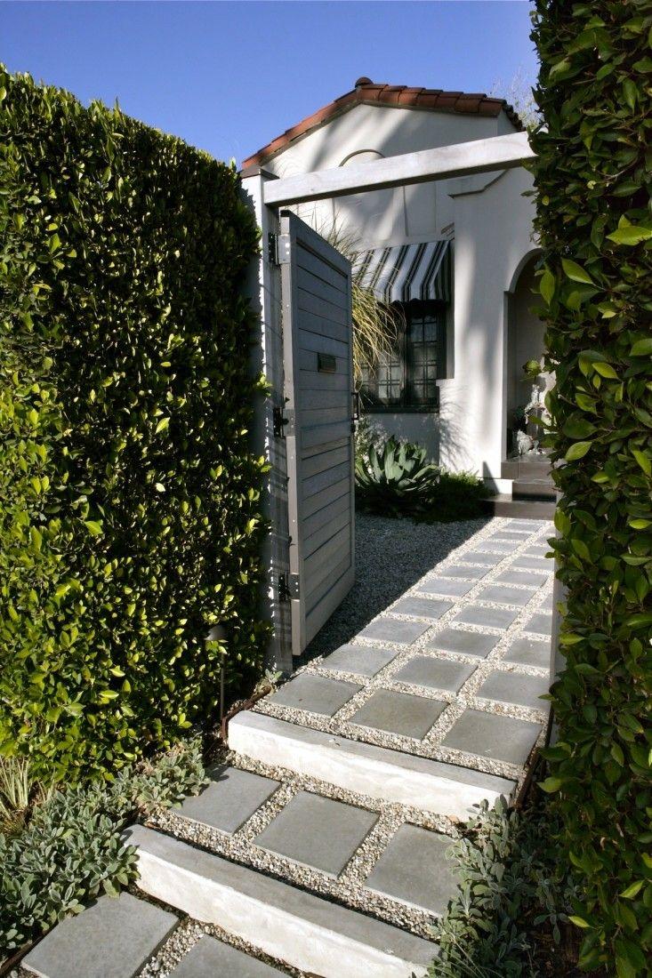 Pavers de concreto fixados no cascalho apelo frente calçada caminho;  Gardenista