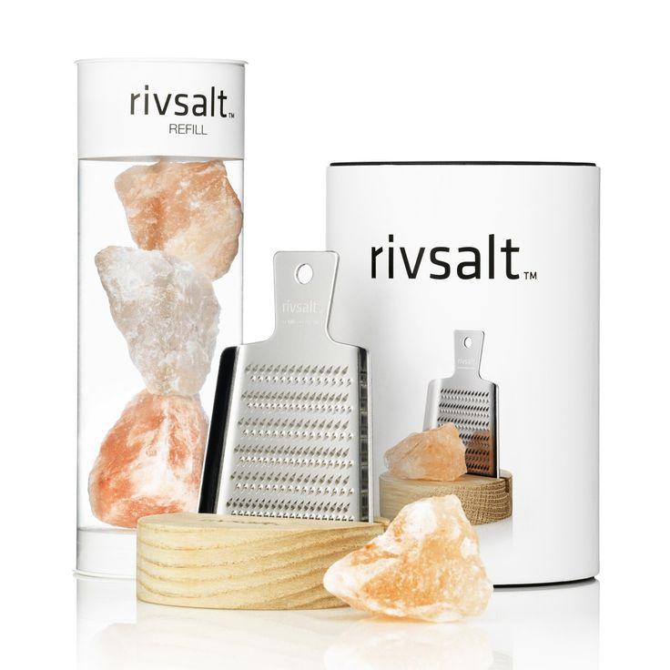Rivsalt [geraspt zout] is een gastronomische ervaring  en een nieuwe manier van het toevoegen van zout aan voedsel. Natuurlijk  Himalaya zout wordt geraspt met een Japanse roestvrijstalen rasp van de hoogste kwaliteit.  Het setje is het middelpunt van de eettafel. De begeleidende  houder is gemaakt van onbehandeld natuurlijk eikenhout.  Design & innovation Jens Sandringer  http://rivsalt.com/
