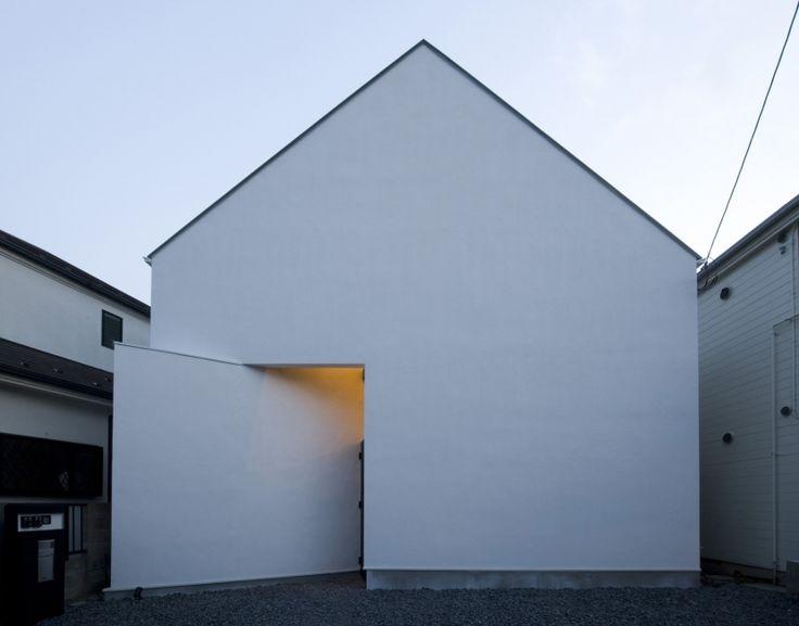 構造:木造2階スキップフロア<br /> 延床面積:86㎡<br /> 家族構成:ご夫婦2人+親夫婦2人<br /> <br /> 狭小敷地での立て替二世帯住宅<br /> <br /> 1階に親世帯、2階に子世帯を配置し、それぞれのリビング同士が気配を感じられるように「にじり窓」を室内に取り入れました。また外観はシンプルな白い「オウチ型」とし、道路面には窓を少なく、また南面には窓を十分にとり、明るい室内を実現しました。<br /> また天窓からは反射光を取り入れ、バウンド光により室内のどこにいても十分な照度を確保しています。<br /> <br /> 掲載メディア<br /> 新建築住宅特集2008年9月号 monoマガジン2009年3月16日号 B1(タイ) 専門家:が手掛けた、外観夕景(オウチ01・狭小二世帯住宅)の詳細ページ。新築戸建、リフォーム、リノベーションの事例多数、SUVACO(スバコ)