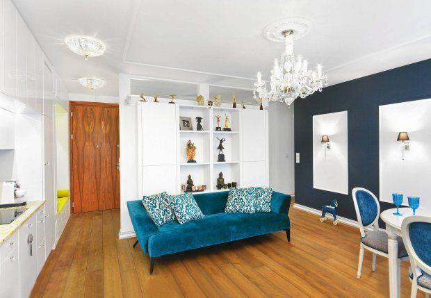 Postarzone olejem dębowe deski  na podłodze oraz ściany i sufit ozdobione sztukaterią w starym stylu pozwalają zapomnieć, żewnętrza s...