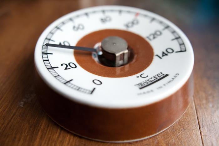 Finnish sauna thermometer, front. Arabia. Via Vihreä Talo.