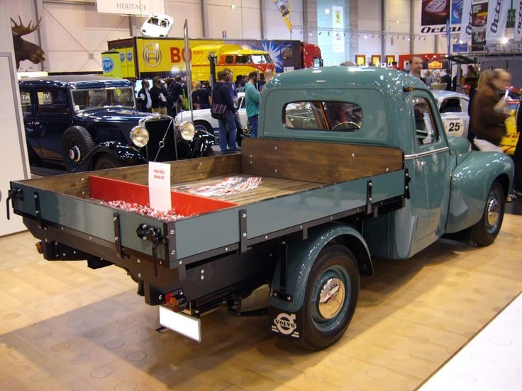 Volvo PV 445 Pickup der Karosseriefabrik Ringborg. Bei Ringborg in Norrköping wurden angelieferte PV 445 Fahrgestelle zu schicken Pickup´s aufgebaut. Der abgelichtete PV 445 stammt aus dem Jahr 1954 und wird vom 4-Zylinderreihenmotor B4B angetrieben. Der 1.4l Motor leistet 44 PS. Techno Classica Essen am 14.04.2013.