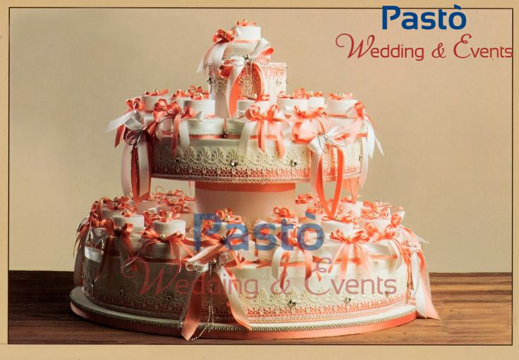 Una finta torta con portaconfetti corallo www.weddingandevents.it