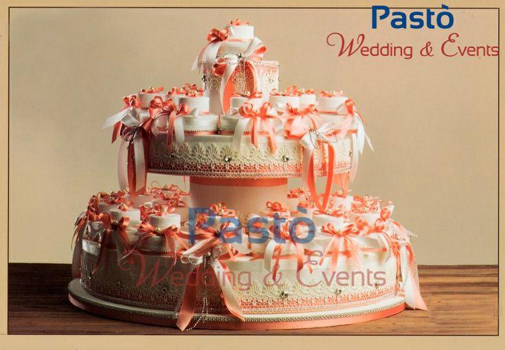 Una finta torta con portaconfetti corallo www.weddingandevents.it