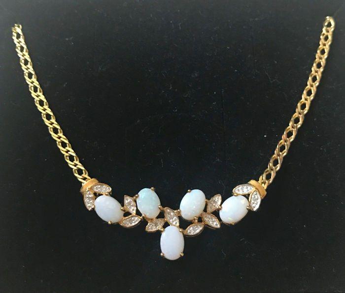 Bruid collier ketting met hanger gemaakt van 333 / 8 kt goud instellen met natuurlijke opalen en SI diamanten van ca. 8 ct.  Iets speciaals voor liefhebbers van mooie juwelen.Een zeer mooie ketting gemaakt van 333 goud met 5 natuurlijke opalen en 11 kleine ruitjes van ca. 002 ct met kleine witgoud instellingen.Mint conditie nooit gedragen.Afmetingen:Ketting lengte: ca. 42 cm.Ketting breedte: ca. 036 cm.Lengte hanger: ca. 42 cm.Hanger breedte: ca. 07 tot 15 cm.Materiaal: Yellow gold met…