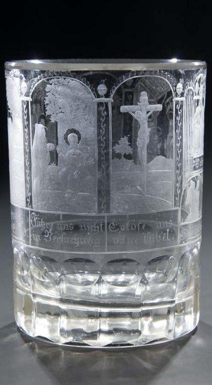 Nordboehmen, um 1830 Oberhalb einer Walzen- und einer Kugelschliffborduere umlaufend geschnittene Darstellungen der sieben Bitten des Vaterunsers, inschriftlich bezeichnet. Die einzelnen Felder sind von Girlanden und bogenfoermigen, polierten Kugelreihen gerahmt. H. 12 cm