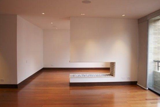 Este apartamento de 194 mts, 2 balcones, 3 habitaciones cada una con baño, star de de alcobas con balcón y vista verde, sala con chimenea a leña, comedor, zona de lavandería, cuarto de servicio, pisos en madera, cuenta con un sistema de control por medio de Ipad o Iphone para manipular chimenea, sonido y cortinas, 2 parqueaderos. independientes. Mas información y fotos en: http://www.clasinmuebles.com/properties/bogota/apartamento-en-rosales-con-vista-verde-743.html