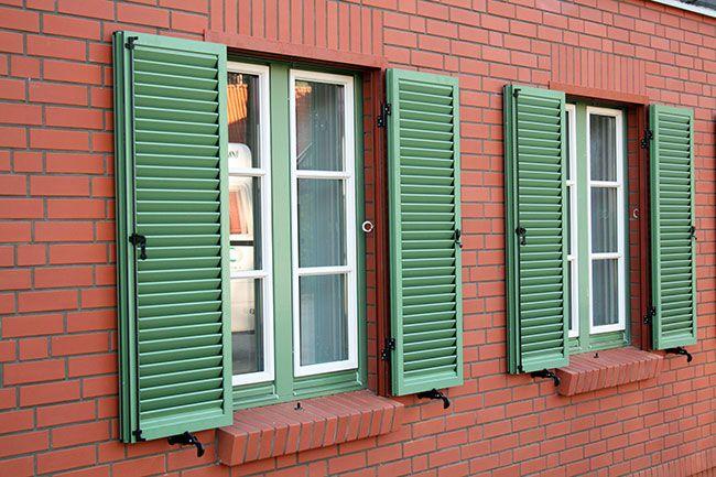 Okiennice to przede wszystkim powiew tradycji, bo kiedyś były nieodzownym elementem zarówno szlacheckich dworków, jak i wiejskich chałup. Zimą stanowiły dodatkowe zabezpieczenie okna przez śniegiem i wiatrem, latem zapobiegały nadmiernemu nagrzewaniu pomieszczeń.   http://www.liderbudowlany.pl/artykul/651/okiennice-zewnetrzne-postaw-na-design