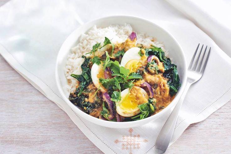 Vandaag geen vlees of vis? Maak deze vegetarische curry met spinazie en een gekookt eitje - Recept - Allerhande
