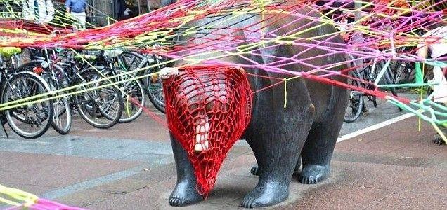 'Guerilla knitting' flash mob hit bull and bear at Frankfurt stock exchange