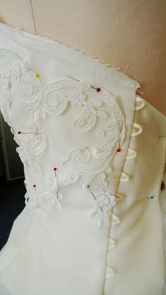 Krajka na zadním dílu. Šněrování je na přání nevěsty