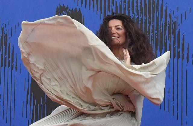 Конфуз на красной дорожке: у бразильской супермодели из-за ветра взлетело платье - Мода - Изабели Фонтана появилась на публике в атласном наряде от Alberta Ferretti   СЕГОДНЯ