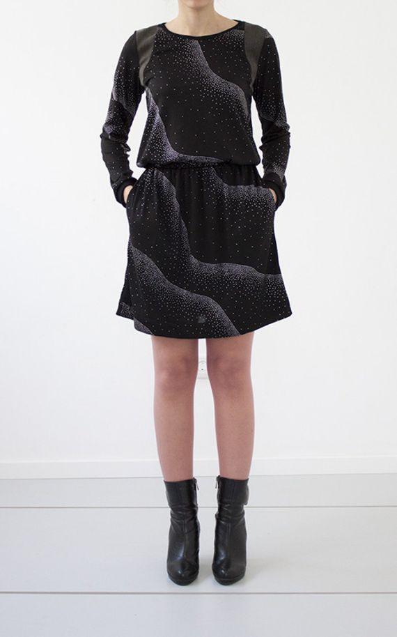 """שמלה מבד טריקו שחור ואיכותי עם הדפסה של """"נצנצים"""" בצבע כסף, בולטים קלות. שילוב כותפות מבד ג'רסי נעים, דמוי צמר אפרפר. החלק העליון מעוצב בגזרת סווטשירט נינוח עם מנז'טים רפויים מבד פטנט איכותי. לשמלה חגורת גומי רכה ונוחה, וכיסים נסתרים בחלק התחתון. בגב השמלה מחשוף קטן והיא נרכסת בכפתור בצורת כדור כסף.  (קיימת גם בדגם """"<a href="""" http://market.marmelada.co.il/products/edit/134841?return_url=%2Fshiruetto"""">""""טבעות עץ""""</a>"""" מבד סריג חצי-שקוף, שחור)  קיימת במידה: 1 ( s/m) אורך השמלה (מקצה הכתף ..."""