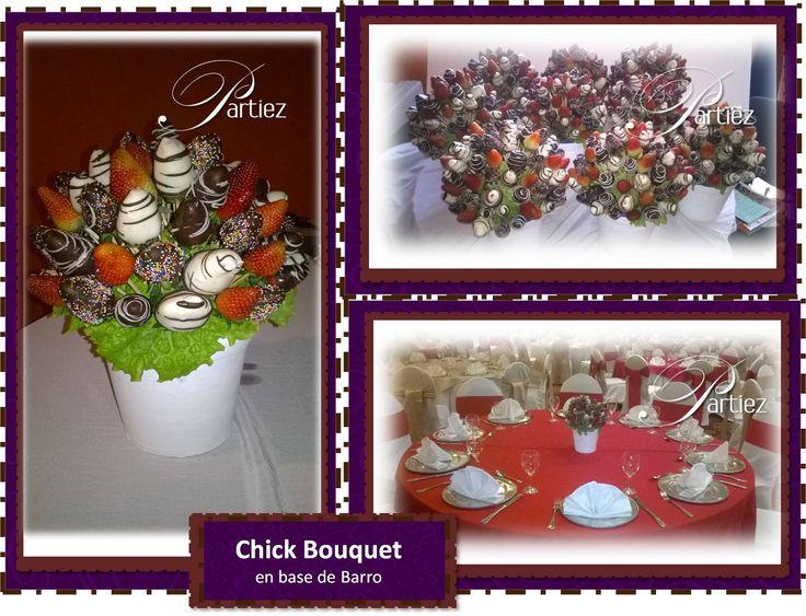 Bouquet de fresas con chocolate blanco y oscuro marmoleado y chocolate con cobertura de colores sobre base de barro en blanco