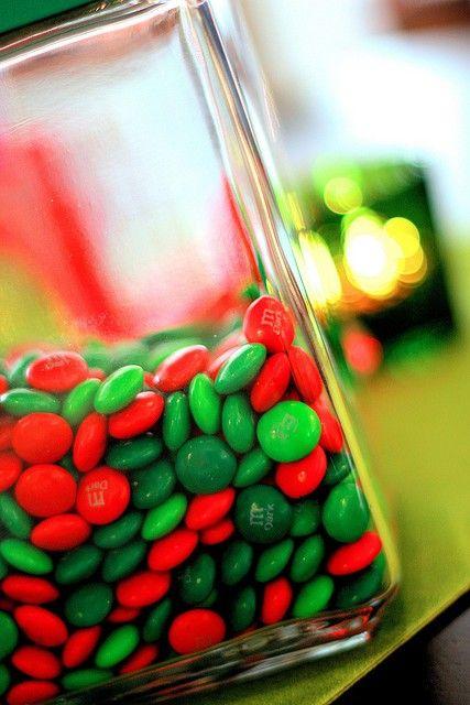 Complementair-contrast. Bij een complementair-contrast versterken de kleuren elkaar. De kleuren moeten in de kleurencirkel het verst van elkaar af liggen , dit is bijvoorbeeld het geval bij blauw-oranje of in dat geval rood-groen.