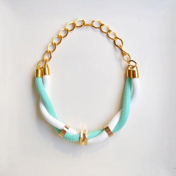 Collar corto con cuerda de escalada azul turquesa y blanco. Detalles en dorado
