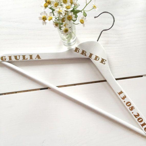 Personalisierter Kleiderbügel für das Hochzeitskleid der Braut. Gefunden bei Etsy.