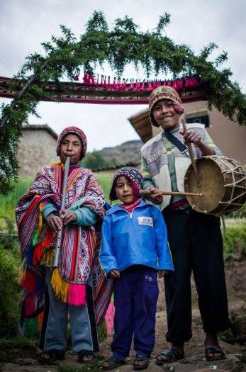 Pérou - Des enfants accueillent les visiteurs à l'entrée du village.