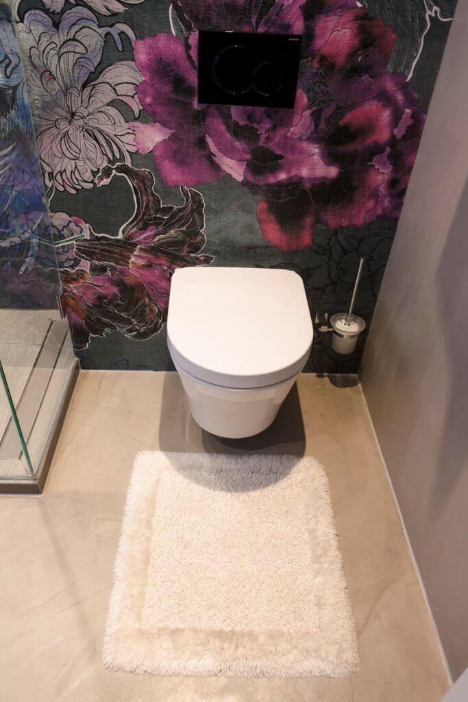 Luxury Toto Wand WC vor einer Wand Tapete im Bad von Wall u Deco