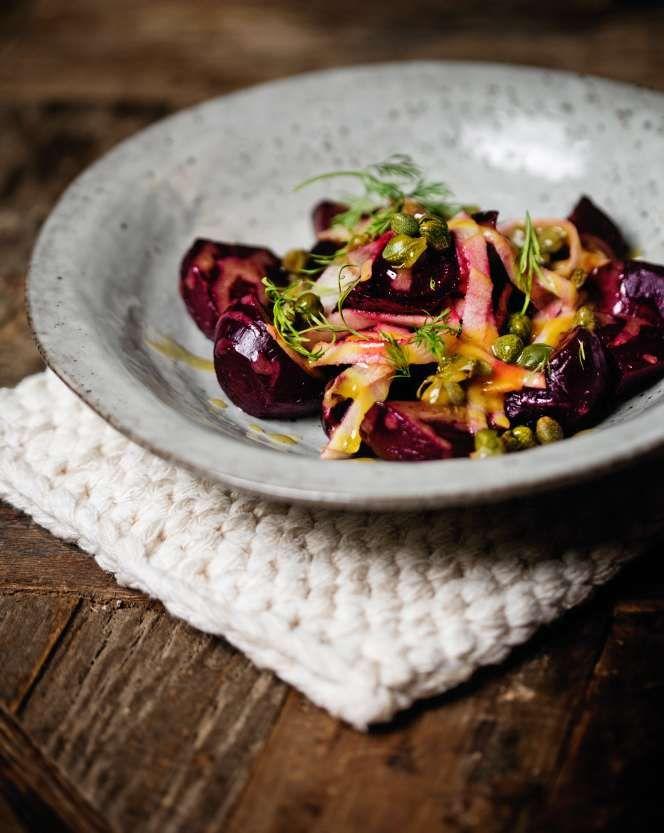 Den här salladen blir också ett gotttillbehör om man har kött, som skinka eller köttbullar, på julbordet.
